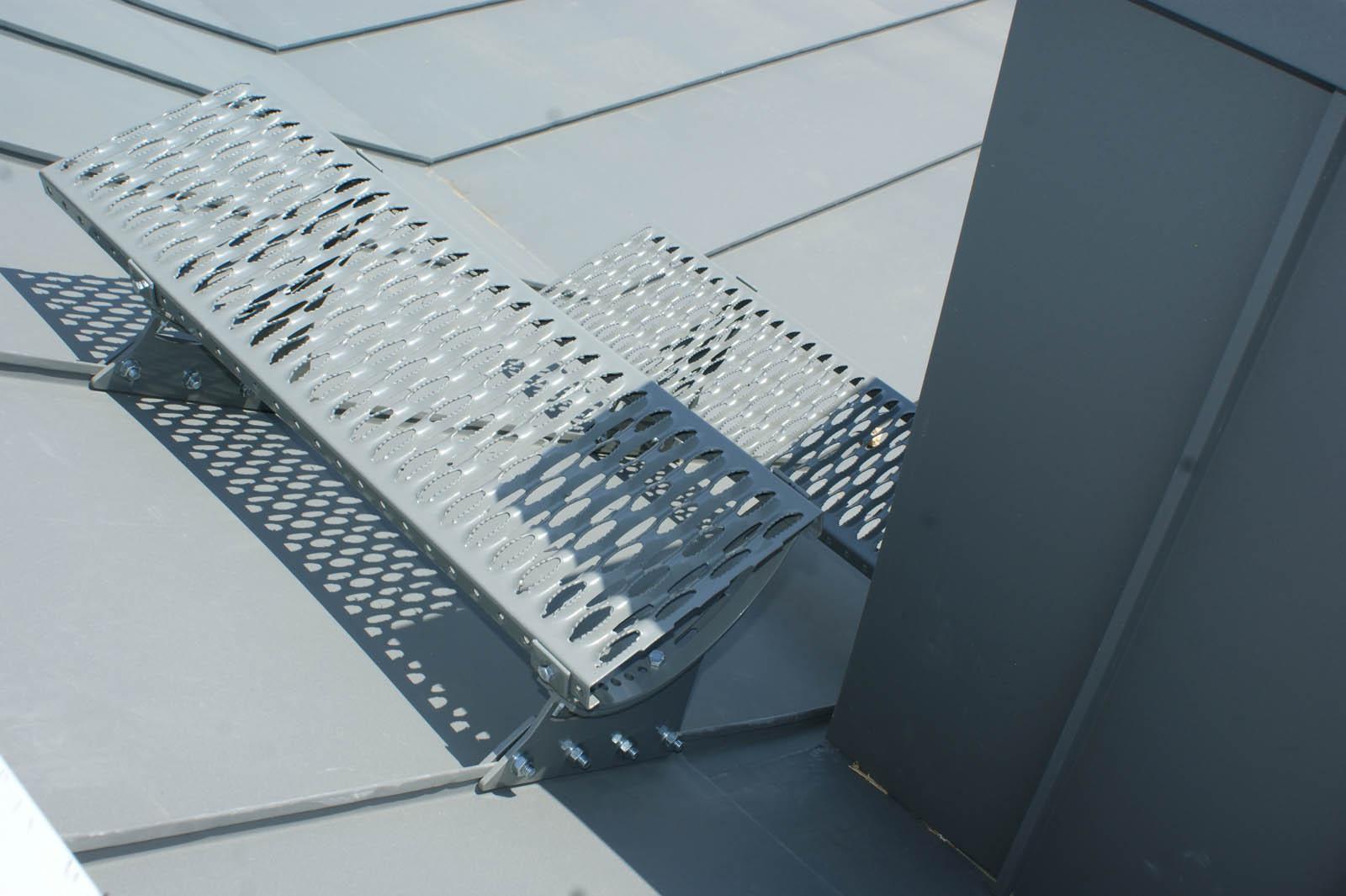 Ława kominiarska stalowa to element zestawu komunikacji dachowej CEDA. Ławy kominiarskie pozwalają na sprawne i bezpieczne poruszanie się po dachu.