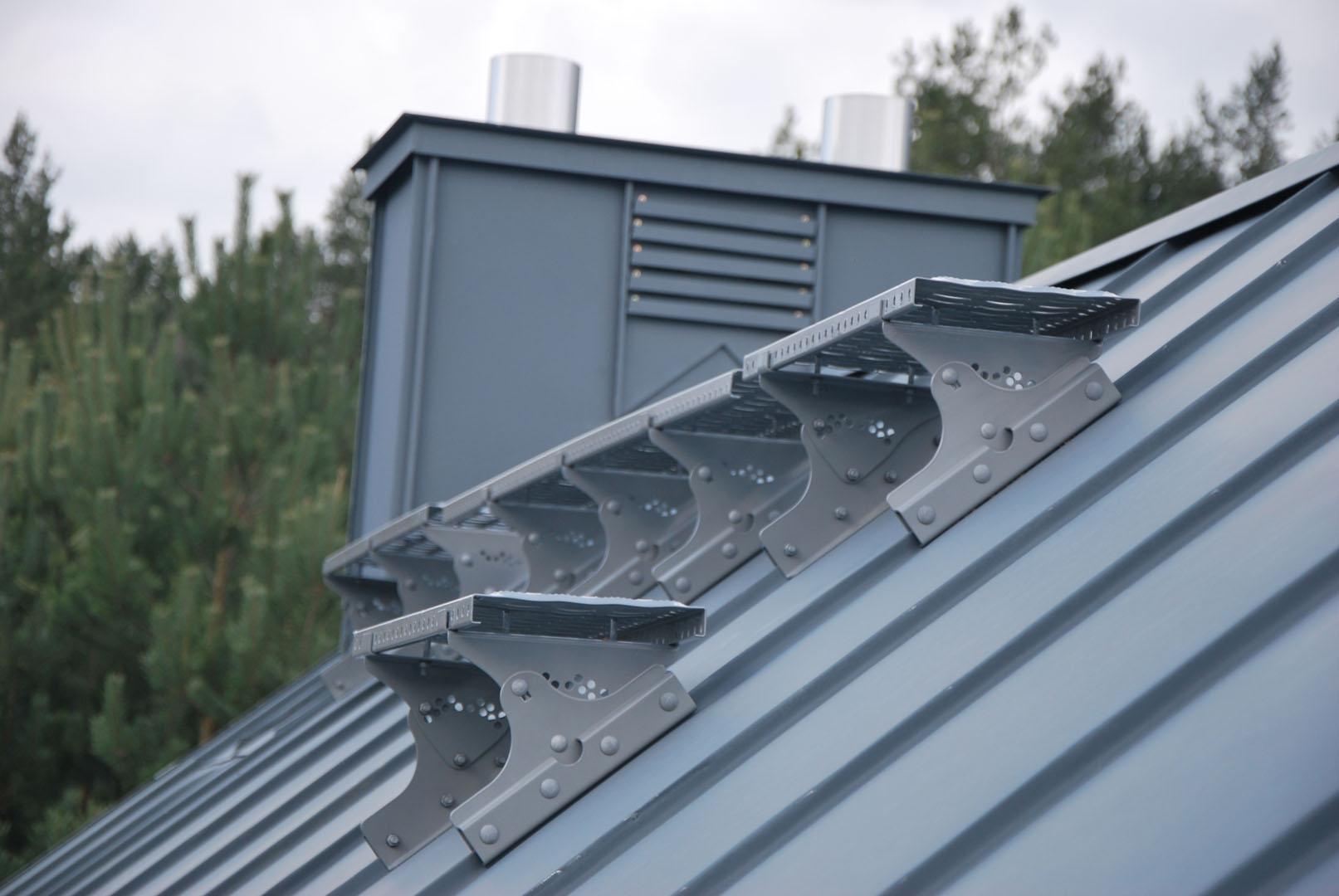 Wspornik ławy kominiarskiej typ 2 premium na rąbek wysoki to element zestawu komunikacji dachowej CEDA montowany na dachu w celu bezpiecznego chodzenia po dachu.