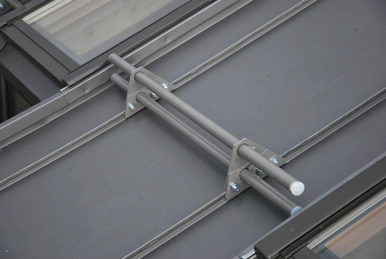 Rura przeciwśniegowa aluminiowa to 2m rura, którą montuje się na wspornikach rury w celu stworzenia kompletnego zestawu barier przeciwśniegowych. Płotki przeciwśniegowe chronią przed osuwającym się śniegiem.