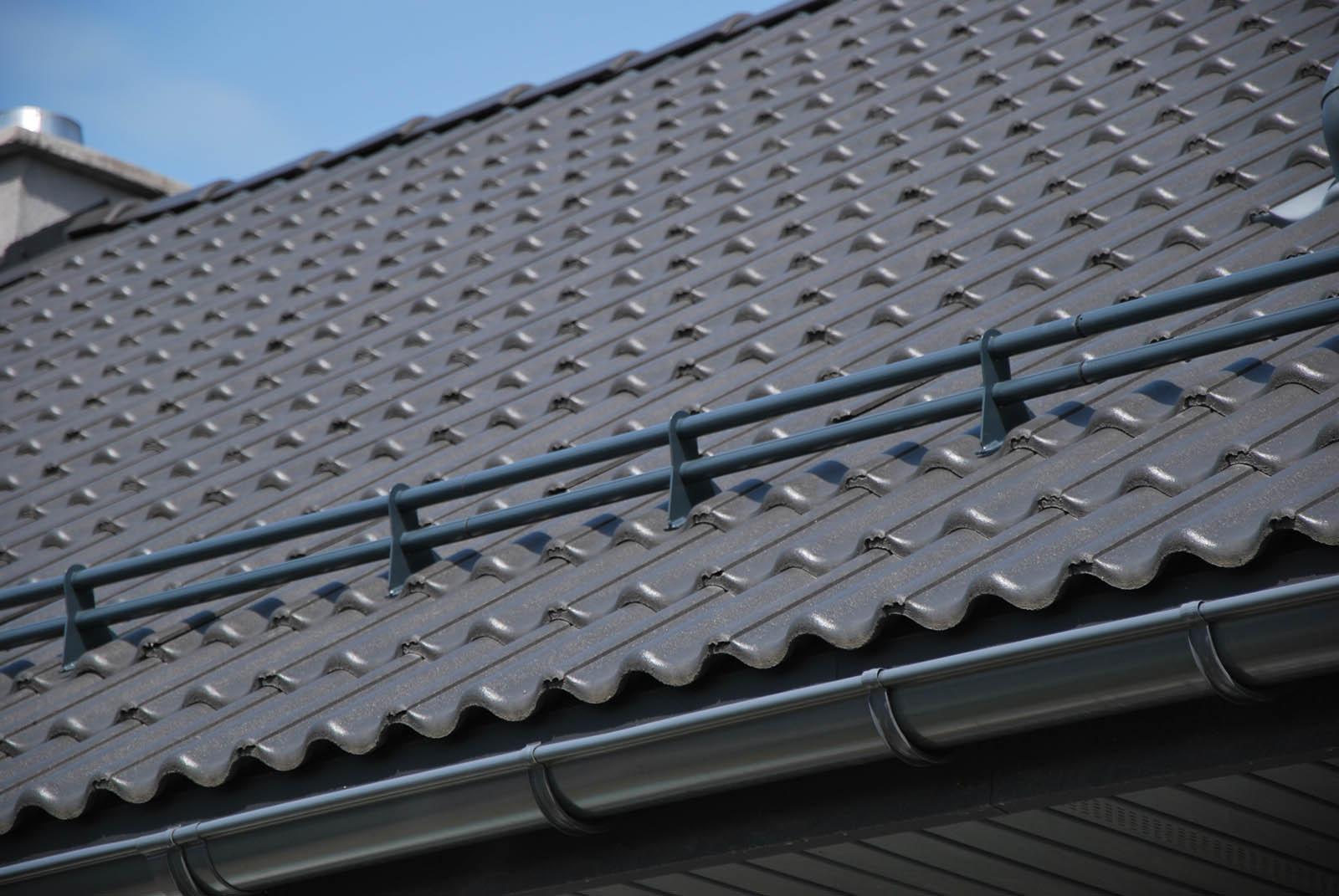 Wspornik rury do blachodachówki, który umożliwia montaż barier przeciwśniegowych na dachach. Płotki przeciwśniegowe to ochrona przed osuwającym się śniegiem.