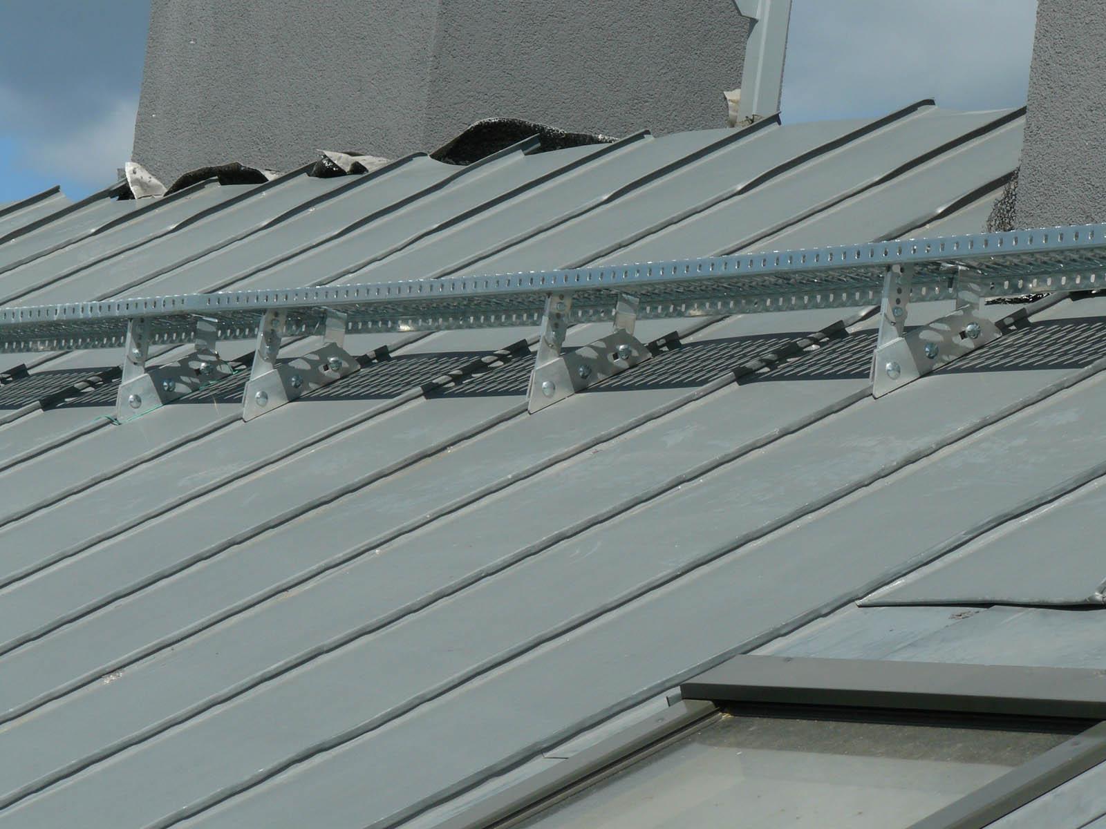 Wspornik ławy kominiarskiej aluminiowy w połączeniu z ławą kominiarską służy do bezpiecznego poruszania się po dachach o kącie nachylenia od 20 do 50 stopni.