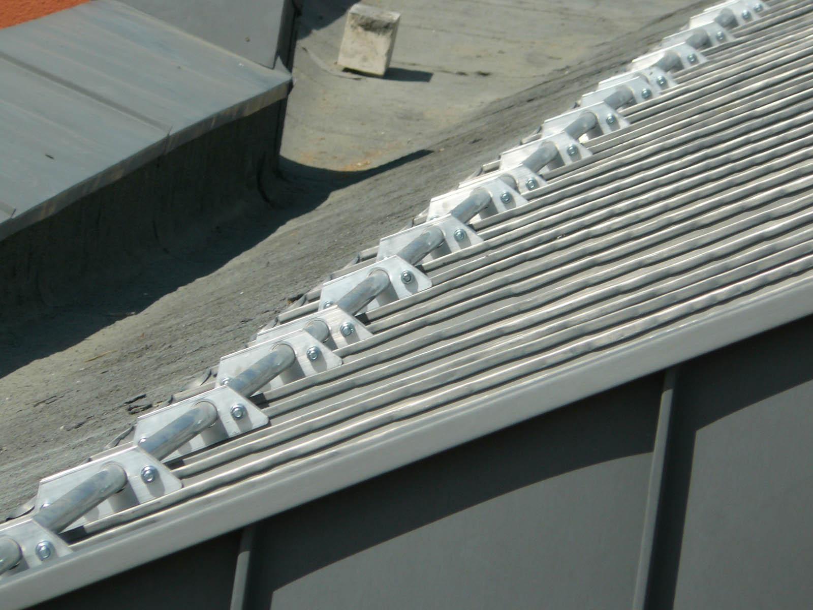 Wspornik rury pojedynczy aluminiowy CEDA montuje się na dachach z blachy na rąbek. Płotki przeciwśniegowe zabezpieczają dach przed śniegiem.