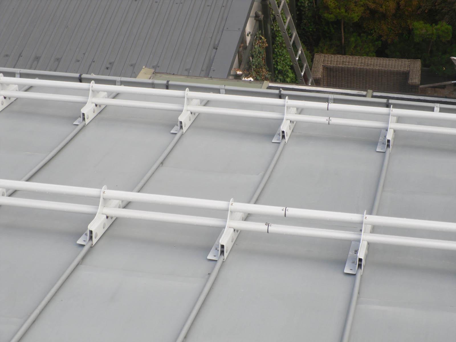 Zestaw przeciwśniegowy do blach panelowych na rąbek montuje się w celu ochrony przed osuwającym się śniegiem. Najwyższej jakości płotki przeciwśniegowe ze stali.