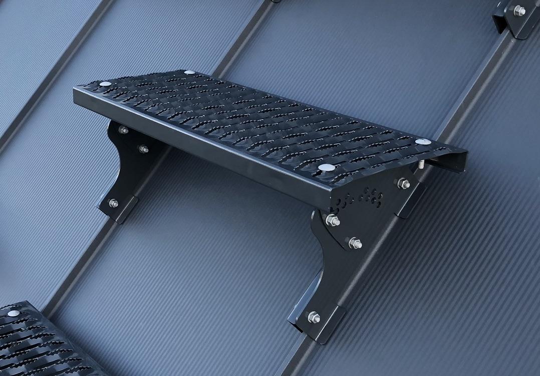 Wspornik ławy kominiarskiej do paneli dachowych na rąbek montuje się na panelach dachowych z wysokością zamka do 32mm.