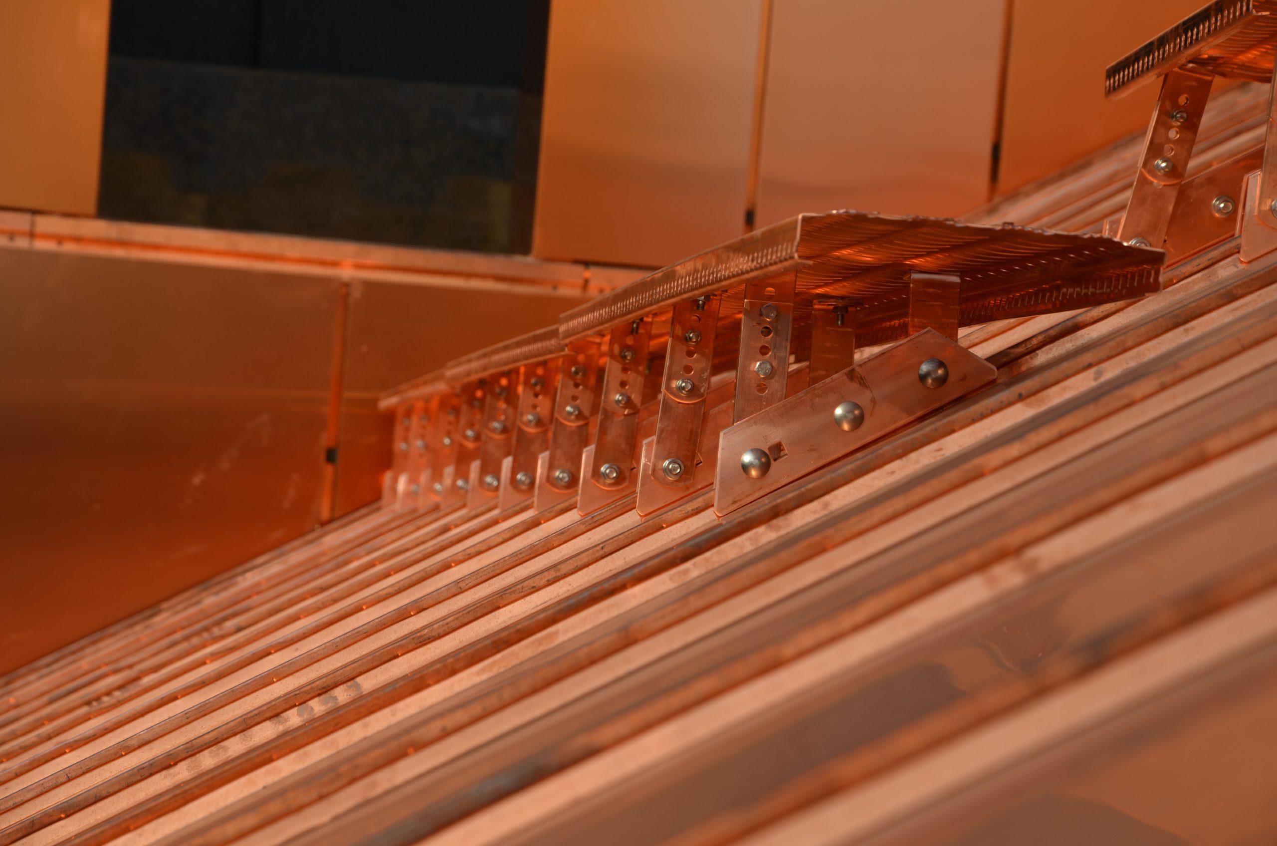 wspornik ławy kominiarskiej miedziany, który łączony z ławą kominiarską pozwala na stworzenie pełnego zestawu do przemieszczania się po pokryciu dachowym