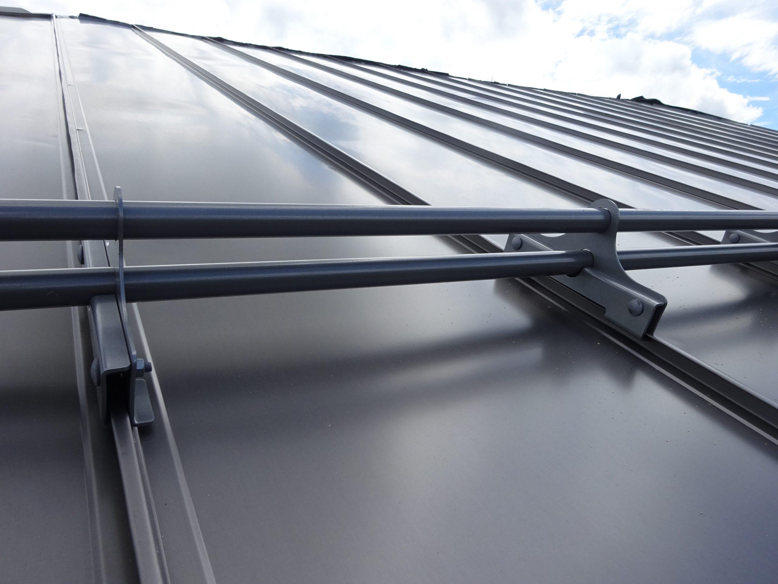 Wspornik rury do paneli dachowych na wysoki profil montuje się, aby zapewnić ochronę przed osuwającym śniegiem. Idealny do paneli Pruszyński Pr 510 oraz Ruukki Classic.